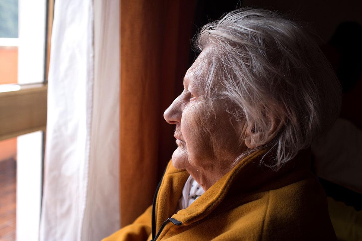 Femme seule à la fenêtre